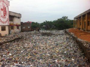 Le lit d'une rivière envahi par les bouteilles en plastique et autres déchets, commune de Limete.