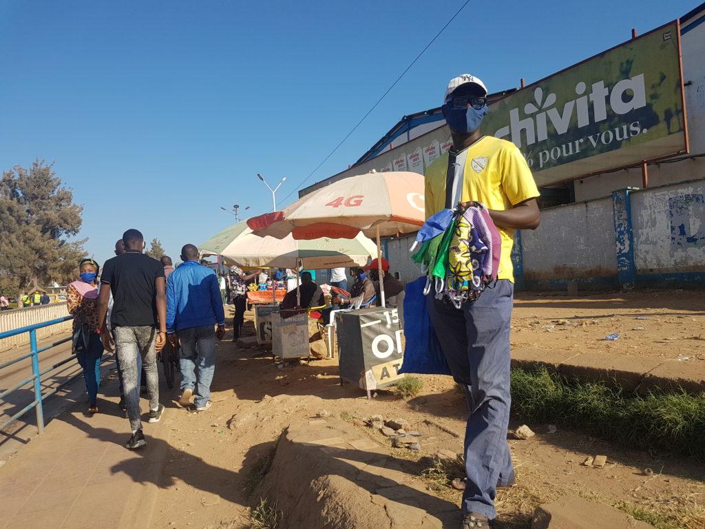 Vendeur masque en pagne à Lubumbashi
